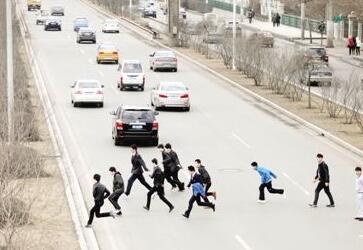 """提醒赴澳中国游客勿""""组团""""违规横穿马路"""